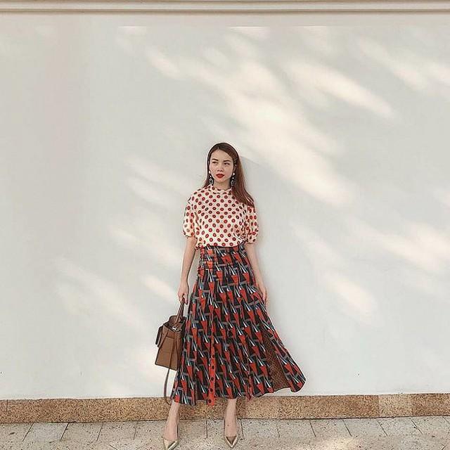 Những mẫu váy lưng cao vói hoạ tiết đẹp mắt cũng được Yến Trang ưu ái lựa chọn.