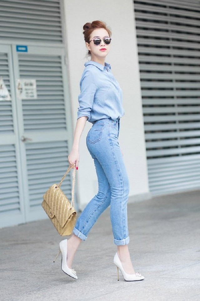 Với áo sơ mi dài tay màu xanh nhẹ kết hợp với quần jeans và túi đeo vai, Hoàng Thùy Linh còn chọn thêm giày cao gót màu trắng tạo nên sự nhẹ nhàng cho tổng thể nhưng vẫn khá bắt mắt.