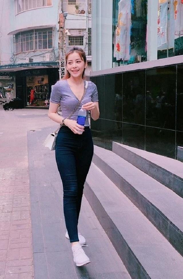 Những cô nàng nào thấp người nhưng có vóc dáng chuẩn nên học theo Chi Pu diện quần jean lưng cao ôm sát để kéo dài chân, ăn gian thêm được một khoảng ở eo.