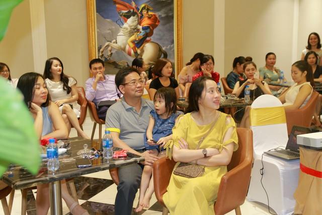 Các khán giả chăm chú nghe Ths Đinh Thái Sơn nói về hạnh phúc