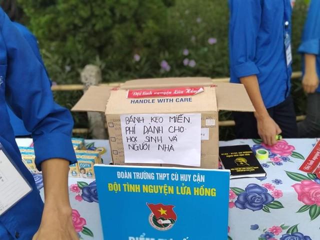 Những thùng bánh kẹo miễn phi phục vụ thí sinh và phụ huynh.