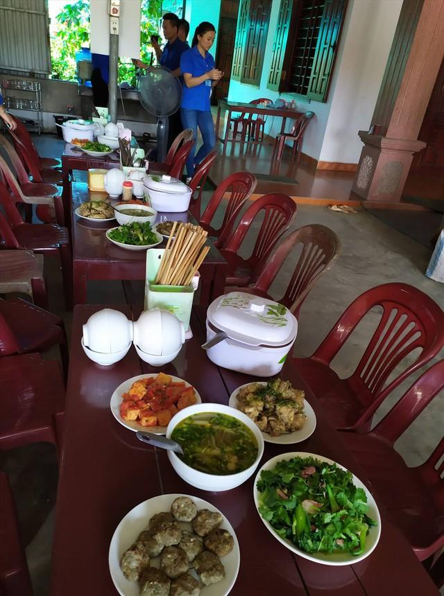 Bữa ăn miễn phí phục vụ các thí sinh ở xa, có hoàn ảnh khó khăn. Ảnh: AĐ