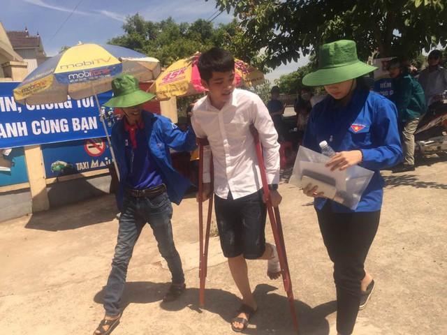 Đội TNTN tiếp lửa cho thí sinh bị gãy chân để vượt qua kỳ thi.