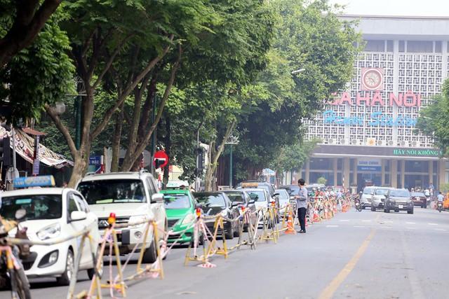 Hỗn loạn giao thông tại dự án ga ngầm Hà Nội sắp thi công trên đường Trần Hưng Đạo - Ảnh 1.