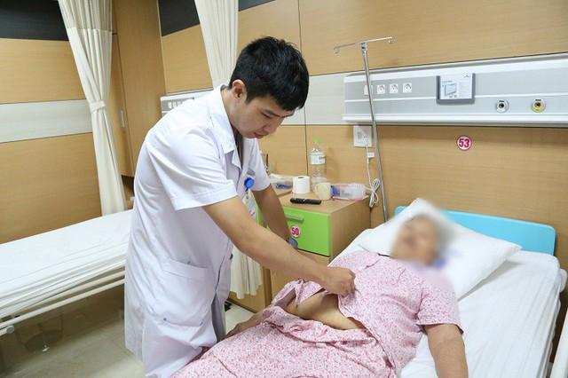 Bác sĩ thăm khám cho cụ bà N. Ảnh: BVCC