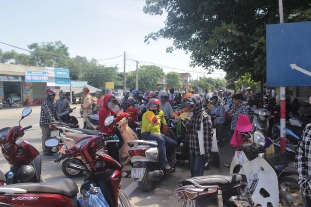 Hà Tĩnh: Hàng ngàn phụ huynh đội nắng chờ các thí sinh - Ảnh 1.