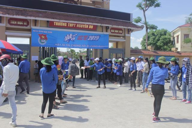 Hà Tĩnh: Hàng ngàn phụ huynh đội nắng chờ các thí sinh - Ảnh 9.