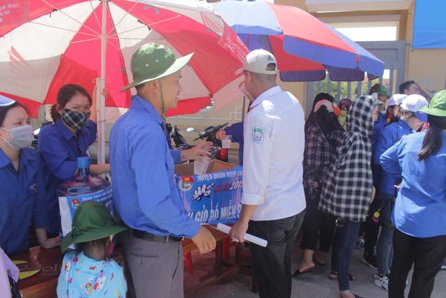 Đội TNTN phục vụ nước cho các thí sinh sau buổi thi.