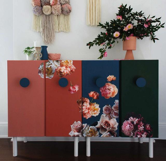 Được thiết kế bởi Lisa Tilte, chiếc tủ này được định hướng sẽ đặt ngoài lành lang bên cạnh phòng ngủ. Với các hoa văn là bông hoa to bản, màu sắc nóng trầm đan xen đã giúp tạo điểm nhấn đặc biệt.