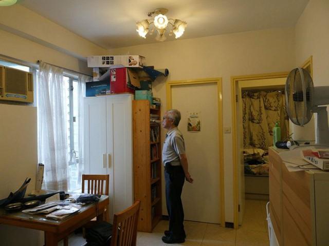 Bên trong một căn hộ từng có hai người tự tử. Ảnh: Reuters.