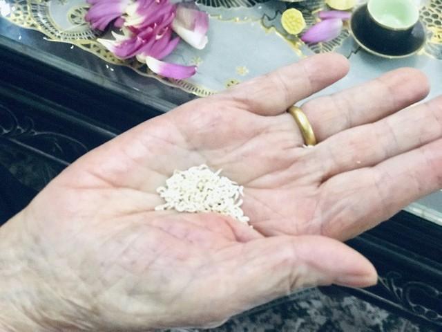 Cầm trên tay bông sen, bà Dần tâm sự, để có trà ngon, trước hết phải chọn được những bông sen có cánh phớt hồng, vẫn chúm chím nụ và đặc biệt phải được hái trước bình minh vẫn còn đọng sương sớm trong đầm làng Quảng Bá sau đó về tách cánh hoa, lấy hạt gạo bên trong.