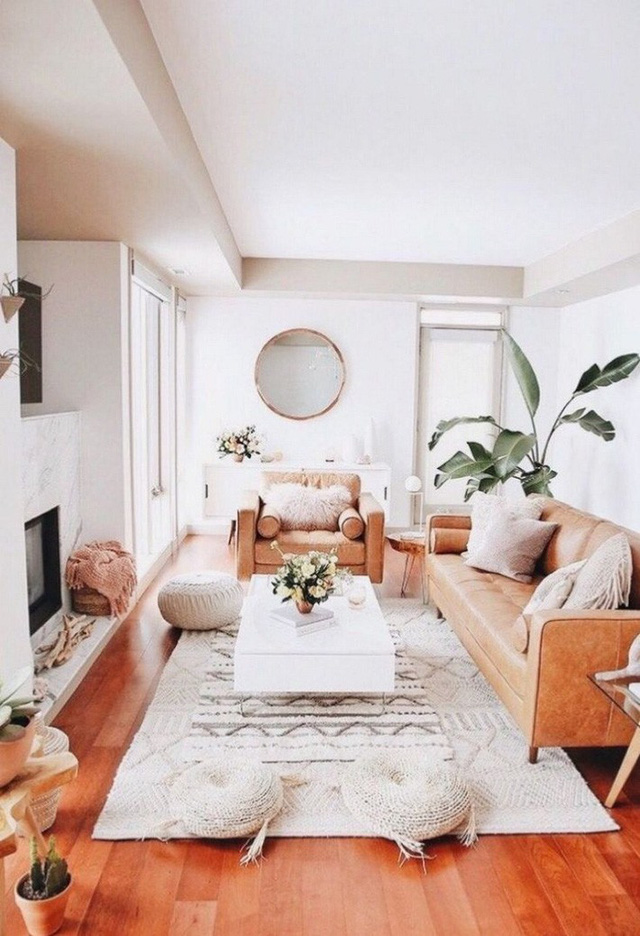 Phòng khách nông trại phong cách với ghế sofa da màu be là đồ nội thất chính và nhiều chỗ ngồi xung quanh.
