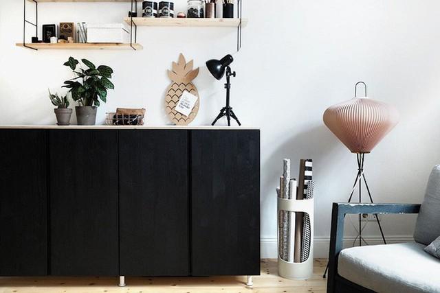 Không nên làm mất vẻ đẹp của chiếc tủ khi muốn tối đa hóa không gian lưu trữ. Bạn có thể kết hợp thêm các đồ vật trang trí đẹp mắt khác phía trên mặt của tủ.