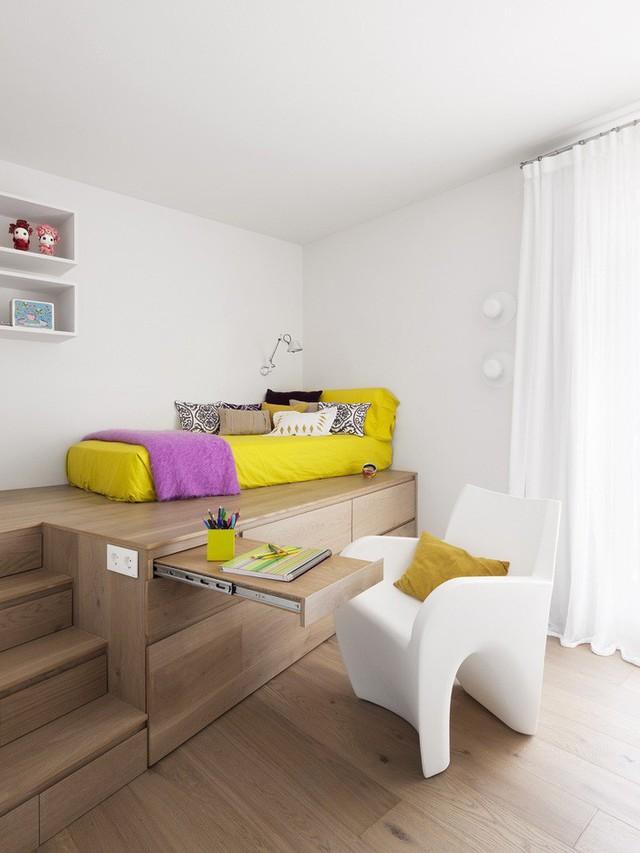 Ý tưởng tuyệt vời trong phòng ngủ của trẻ nhỏ - các đơn vị lưu trữ tích hợp và thậm chí là một bàn để ẩn khi không cần.