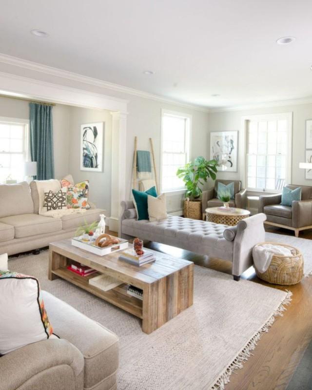 Phòng gia đình với ghế sofa không lưng thanh lịch và đồ nội thất trung tính sang trọng xung quanh.