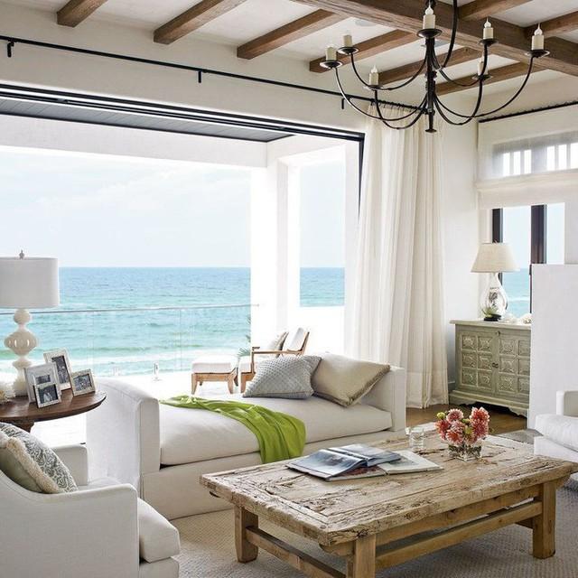 Ghế sofa không lưng tựa màu trung tính được đặt một cách chiến lược trong phòng khách.