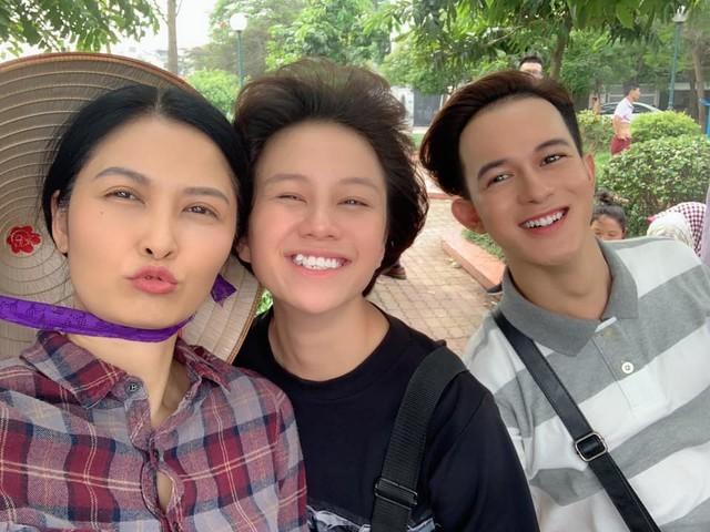 Sau những khoảnh khắc buồn trên màn ảnh, Thúy Hà vui vẻ selfie cùng các diễn viên Bảo Hân và Quang Anh trên phim trường.