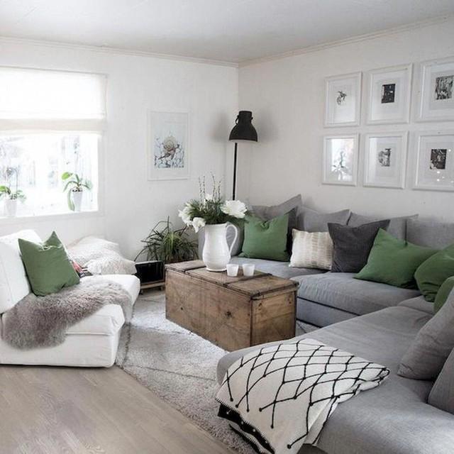 Ghế sofa lớn màu xám tiết kiệm rất nhiều không gian và không làm căn phòng với rất nhiều ghế trở nên lộn xộn.
