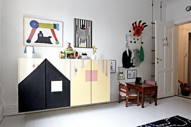 Chiếc tủ đầy màu sắc và dễ thương này phù hợp nhất trong phòng ngủ của con bạn. Chỉ cần một chút sơn màu là bạn có thể tự biến tấu và hoàn thành những chiếc tủ giống thế này.