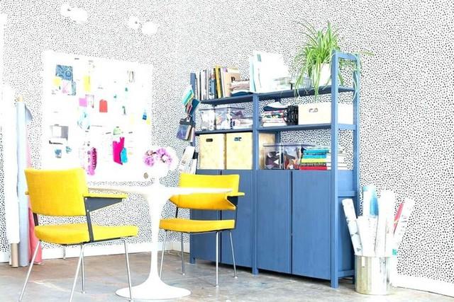 Với một cô gái thì chiếc tủ xanh dương dễ chịu này là vô cùng phù hợp cho góc làm việc rồi. Không những thế gam màu sắc nổi bật giúp tạo cảm hứng sáng tạo nữa.