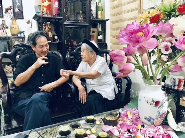 Anh Trần Minh Phong (Thanh Trì, Hà Nội) cho hay: Cứ đến cuối tháng 5, đầu tháng 6 tới mùa sen là tôi lại đi tìm mua trà sen, vừa để uống vừa đem biếu, buổi sáng cuối tuần ngồi nhâm nhi chén trà sen cùng vài ông bạn giữa cái hối hả của Hà Nội thì không còn gì bằng, tôi vừa tìm mua được 10 bông trà sen và 1 kg trà gạo sen.