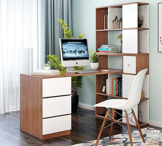 Bàn làm việc kết hợp tủ sách được bố trí tại một góc nhỏ trong phòng.