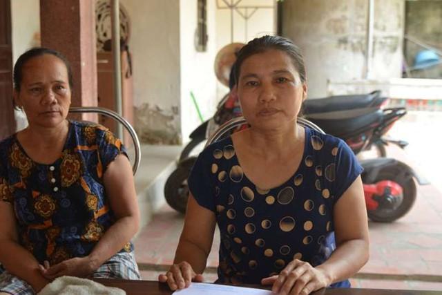 Chị Hiếu (ngồi bên phải, vợ anh Đức) đau buồn khi chồng và chị dâu tử nạn nơi đất khách. Ảnh: Sơn Nguyễn
