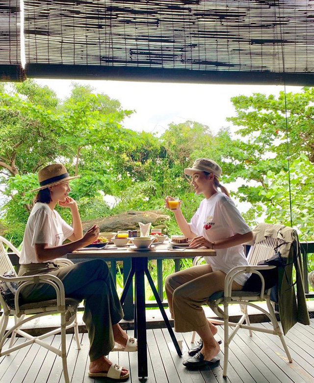 Cặp đôi thưởng thức bữa ăn bên nhau thật bình yên và ngọt ngào.