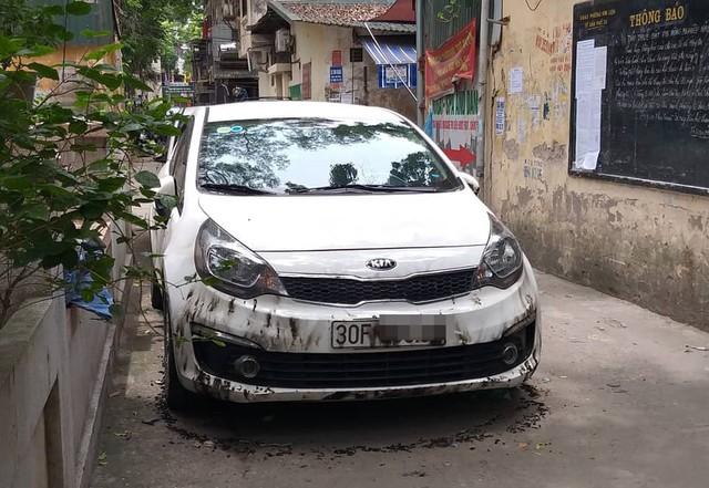 Chiếc xe Kia Rio của chị P. bị cháy.