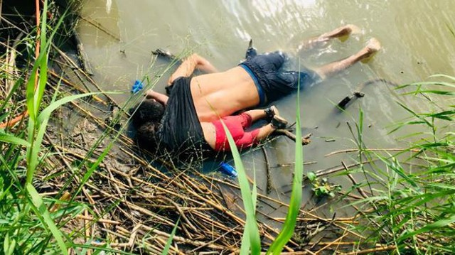 Hình ảnh thi thể 2 cha con chết gục bên bờ sông.