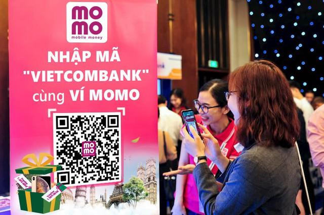 Kích thích khách hàng bỏ tiền mặt, MoMo và Vietcombank tung khuyến mãi khủng - Ảnh 2.