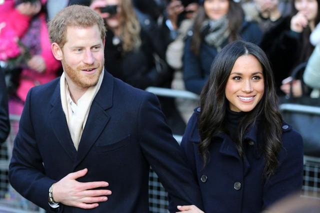 Harry nài nỉ Meghan chuyển vào cung điện sống lúc yêu nhau - Ảnh 1.
