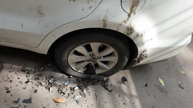 Đỗ xe ở khu vực lấn chiếm đường đi lại, chiếc ô tô bị dân đốt cháy xém, hư hỏng nặng - Ảnh 4.