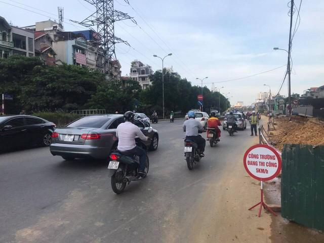 """Thu dọn bùn đất, lắp đặt hàng rào sau phản ánh """"thi công ẩu tại đường Nguyễn Khoái – Hà Nội"""" - Ảnh 3."""