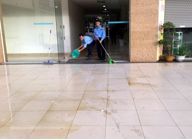 Lực lượng bảo vệ phải ra sức dọn dẹp bãi chất thải.
