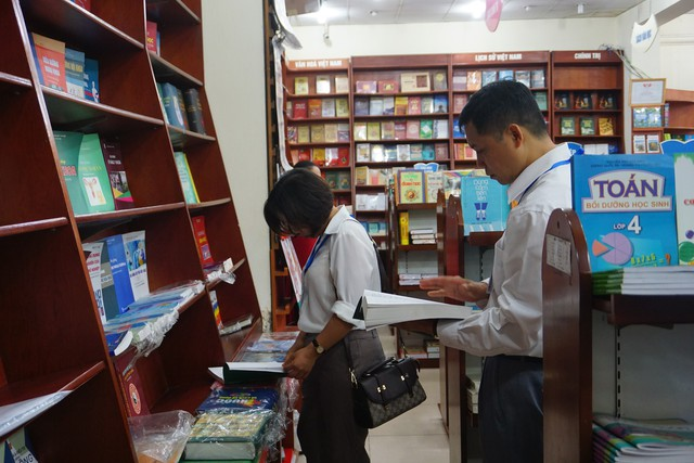 Các thành viên đoàn kiểm tra của Tổng cục DS-KHHGĐ kiểm tra tại các nhà sách trên địa bàn Hà Nội. Ảnh: N.Mai