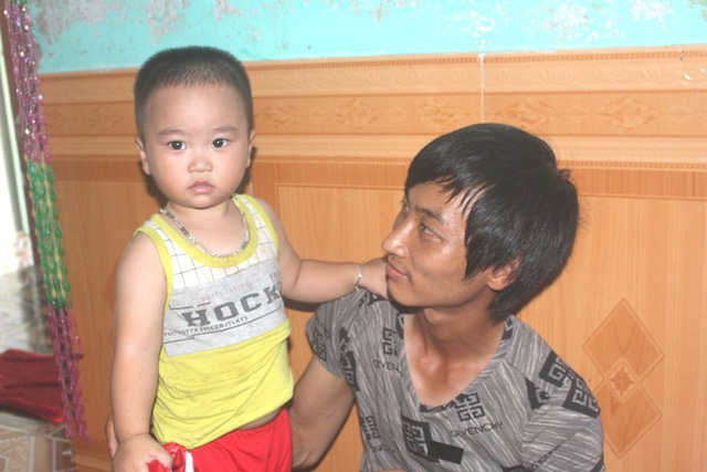 Anh Tuấn (chồng chị Phương) bên con trai Gia Huy. Ảnh: Đ.Tùy
