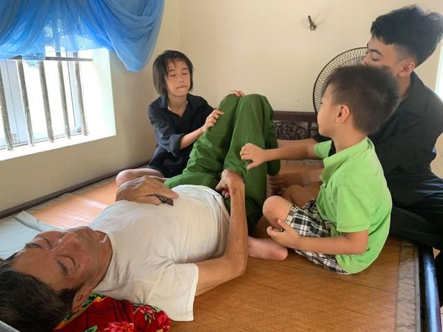 3 đứa trẻ côi cút trước di ảnh bố cùng người mẹ tâm thần và người ông ung thư giai đoạn cuối - Ảnh 3.