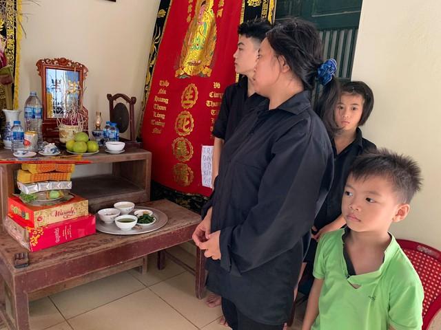 3 đứa trẻ côi cút trước di ảnh bố cùng người mẹ tâm thần và người ông ung thư giai đoạn cuối - Ảnh 4.