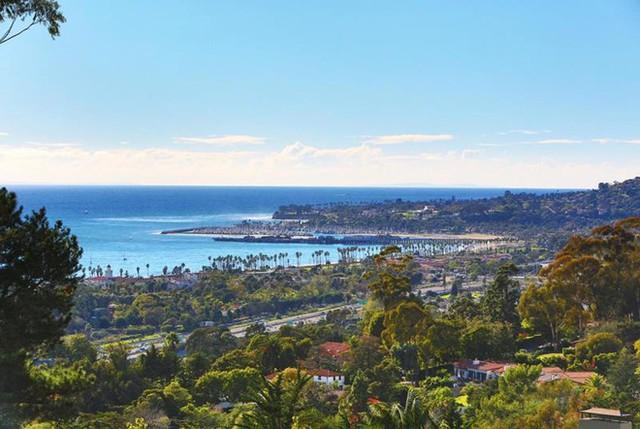 Bất động sản của Oprah Winfrey tọa lạc tại Montecito - một trong những khu giàu nhất nước Mỹ - thuộc thành phố Santa Barbara, bang California. Những người nổi tiếng cũng thường sinh sống tại đây.
