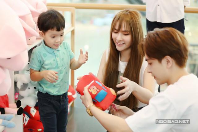 Thu Thủy đi chơi cùng con riêng và bạn trai kém 10 tuổi - Ảnh 3.