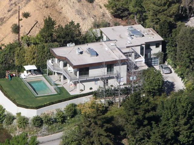 Cũng trong năm đó, cặp đôi đã mua biệt thự tại khu phố Beverly Hills, Los Angeles với giá 4,7 triệu USD . Biệt thự rộng khoảng 370 m2 có 5 phòng ngủ, 4 phòng tắm, và được thiết kế khá phù hợp, hài hòa với khí hậu nơi đây. Ảnh: Splash News.