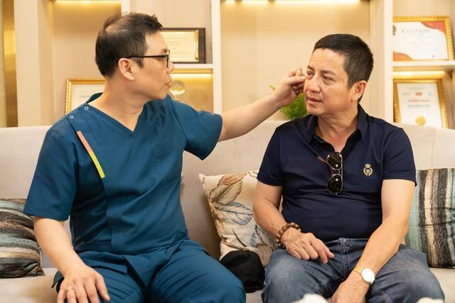 Chuyên gia thẩm mỹ Hoang Young Gu tư vấn và điều trị cho NSƯT Chí Trung.