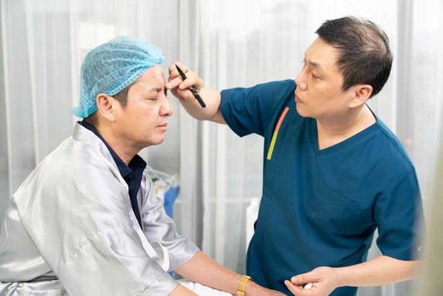 Chuyên gia thẩm mỹ đang thực hiện đánh dấu sơ đồ căng chỉ Collagen Smart Fiber phù hợp với khuôn mặt của Chí Trung.