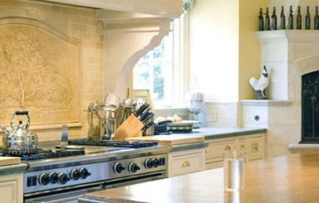 Nhà bếp hiện đại, rộng rãi được trang bị đầy đủ các dụng cụ nấu nướng tân tiến. Nữ tỷ phú muốn nhà bếp trở thành nơi đầu tiên đón tiếp bạn bè của bà đến chơi.
