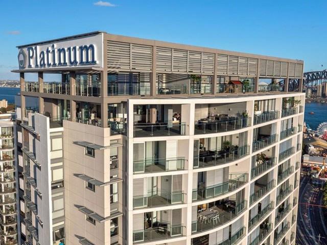 Năm 2009, vợ chồng Nicole Kidman chi 4,16 triệu USD cho một căn penthouse rộng 420 m2 tại thành phố Sydney, Australia. Năm 2012, họ mua một căn penthouse khác trong cùng tòa nhà với giá 4,85 triệu USD để biến chúng thành một tổ hợp căn hộ khổng lồ với tầm nhìn tuyệt đẹp ra cầu cảng Sydney nổi tiếng. Ảnh: Nigel Mukhi.