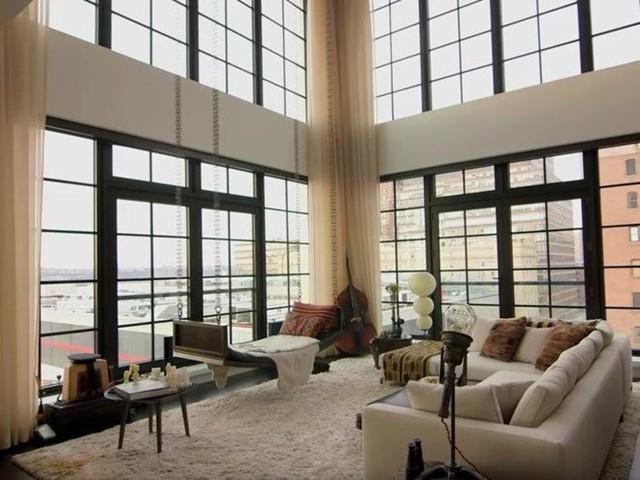 Năm 2010, cặp đôi đã mua một căn hộ trị giá 10 triệu USD tại khu phố West Chelsea, quận Manhattan, New York, Mỹ. Căn hộ rộng hơn 300 m2 với 3 phòng ngủ cùng 2 sân thượng. Điểm nhấn trong căn hộ này là phòng khách với những ô cửa sổ rộng lớn giúp nó tràn ngập ánh sáng tự nhiên. Ảnh: Getty.