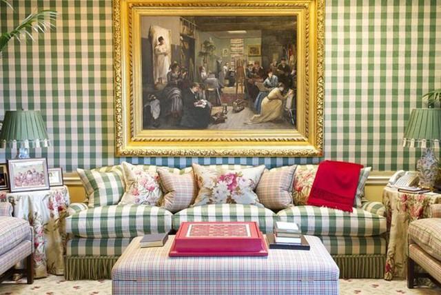 Phòng khách sặc sỡ, đầy màu sắc với họa tiết ca rô chủ đạo. Một điểm độc đáo tại biệt thự của Oprah Winfrey là không có sự nhất quán trong việc phối màu hay lựa chọn nội thất trang trí giữa các phòng với nhau.