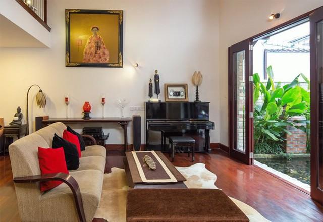 Phòng khách được bố trí với hướng nhìn ra hồ cảnh đem đến cảm giác thoáng mát, nhẹ nhàng.