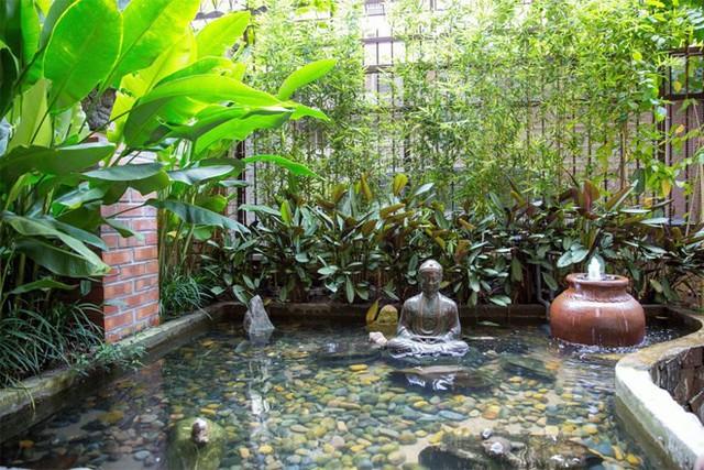 Sân vườn nhỏ với hồ nước trước nhà mà anh rất yêu thích được tô điểm thêm tượng và cây cảnh.